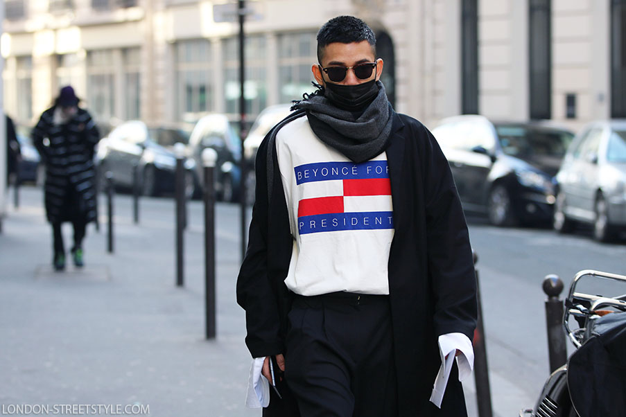mid-length half, men's fashion, men's fashion week, Paris Fashion Week, Paris Men's Fashion Week, Paris Men's Fashion Week 2017, autumn winter, street style, men's streetstyle, Paris Men's Fashion Week street style, autumn winter street style, fashion, Paris street style, fashionista, street fashion, menswear, Sankuanz, top, white top, men's top, coat, men's coat, black coat, scarf, men's scarf, grey scarf, trousers, men's trousers, grey trousers, sunglasses, silviu doroftei